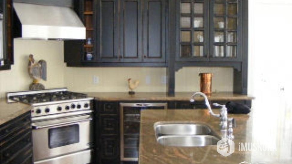 Gourmet Kitchen Beautiful kitchen with custom kitchen.