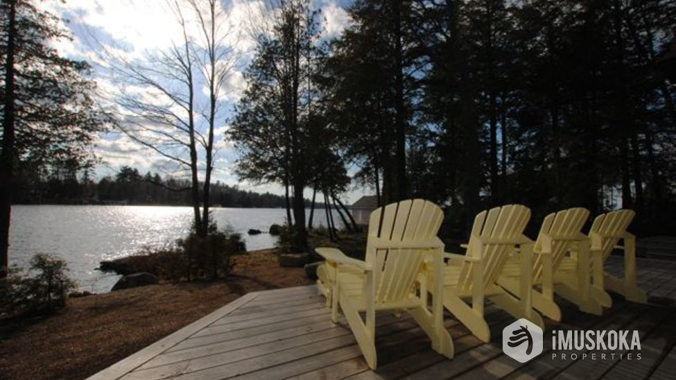 Deck deck over looking lake muskoka and the level lot